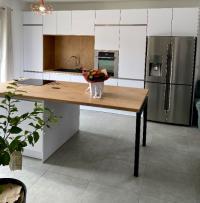 Choisir le modèle de votre future cuisine blanc et bois ou noir et bois: les astuces de votre cuisiniste