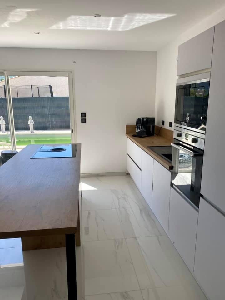 Projet de cuisine sur mesure moderne et chaleureux réalisé à Nans les pins :)